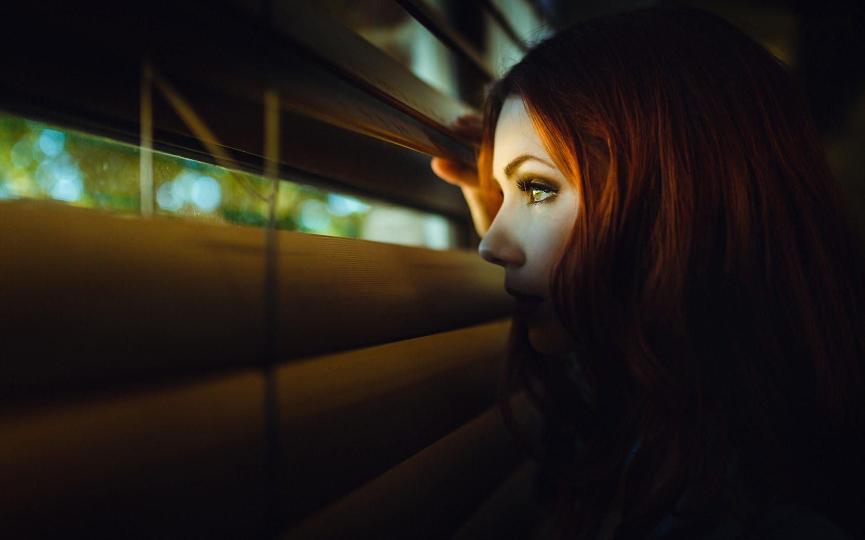 7034707-redhead-girl-look-blinds